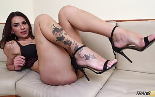 Tattooed shemale Grazie Cinturini shows sexy feet